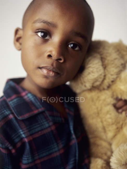 Preschooler ragazzo in pigiama tenendo orsacchiotto . — Foto stock