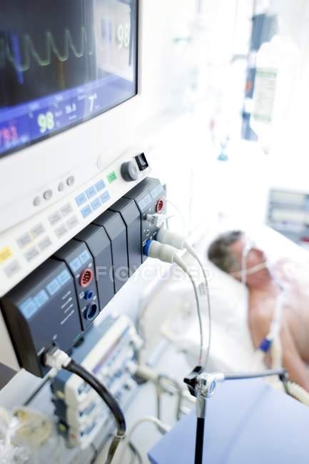 Закри життєво важливі функції пацієнтів на моніторі в палаті інтенсивної терапії. — стокове фото