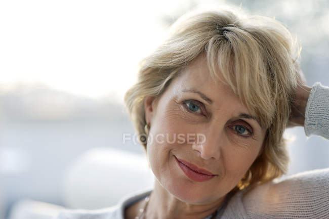 Attrayant mature femme souriante — Photo de stock