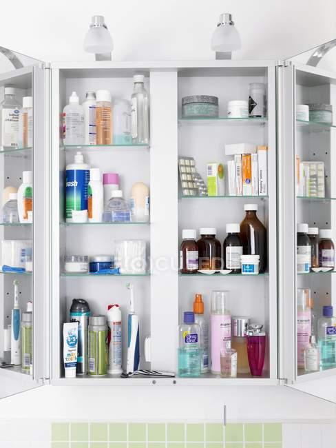 Шафа ванної кімнати з різних ліків і медицина. — стокове фото