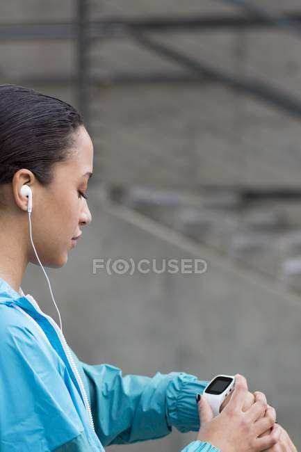 Молодая женщина, проверка смотреть. — стоковое фото