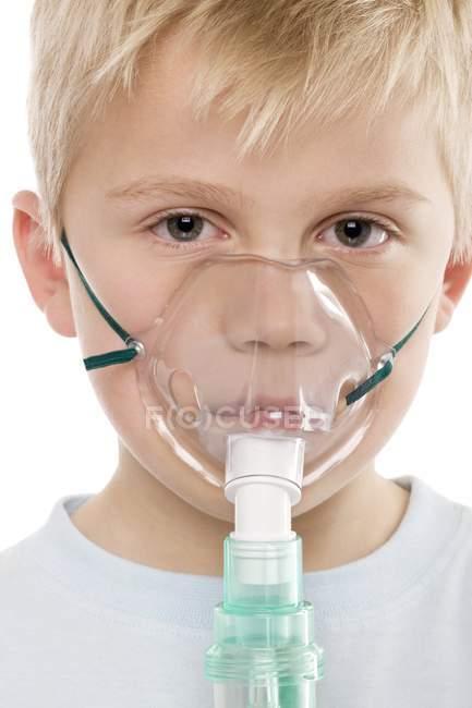 Мальчик с использованием ингалятор для лечения астмы. — стоковое фото