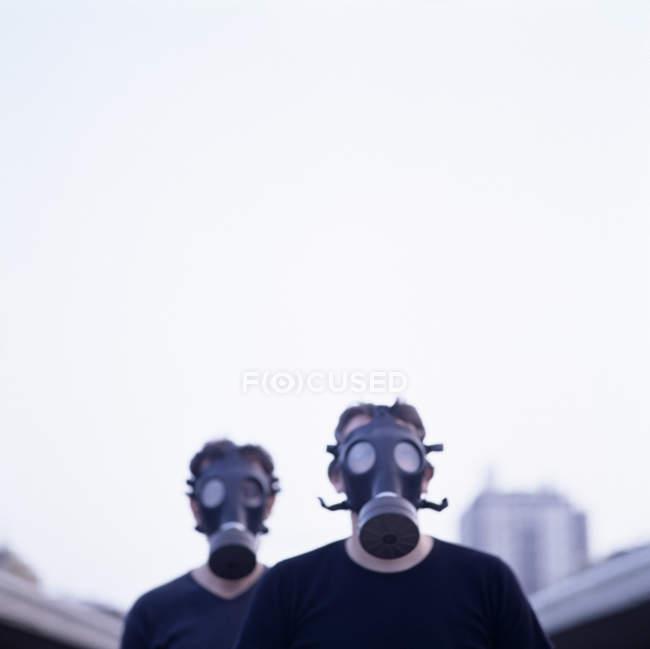 Dois homens usando máscaras de gás na cidade . — Fotografia de Stock