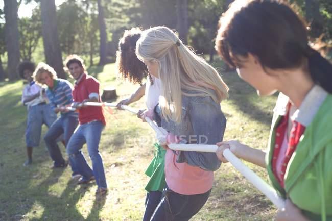Jeunes adultes en lutte pour le contrôle de la corde . — Photo de stock