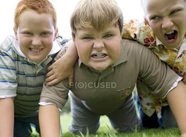 Групи хлопчиків гарчав і кричали на відкритому повітрі. — стокове фото