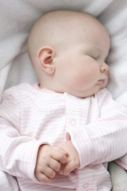 Säugling Baby schläft im Bett. — Stockfoto