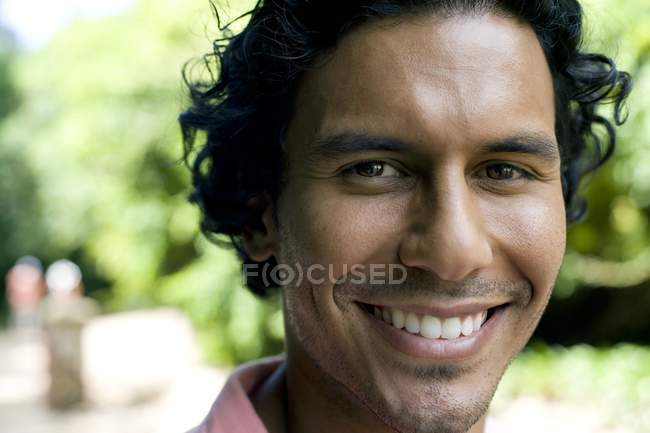 Porträt eines erwachsenen lateinischen Mannes — Stockfoto