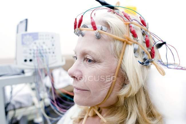 Mujer rubia madura sometida a monitoreo de electroencefalografía . - foto de stock