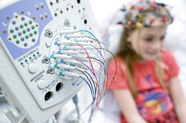 Закри, електроенцефалографія машини з дівчиною, які проходять моніторингу. — стокове фото