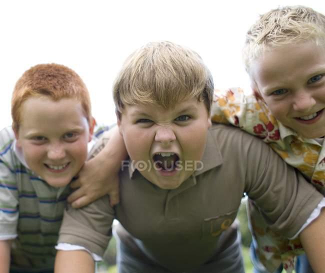 Портрет хлопчики кричав і посміхається на відкритому повітрі. — стокове фото