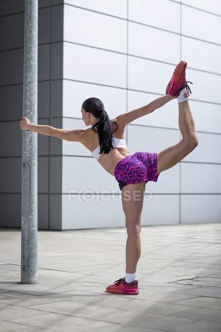 Muscles de jambe qui s'étend de femme — Photo de stock