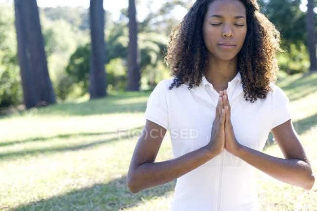 Молодая женщина медитирует с поднятыми руками . — стоковое фото