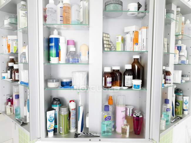 Vários frascos e tubos em armário de banheiro. — Fotografia de Stock
