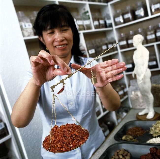 Herboriste chinois pesant herbes pharmacie sur ordonnance . — Photo de stock