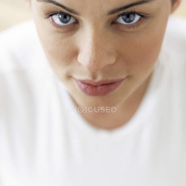 Portrait de jeune femme avec des yeux gris, à la recherche à huis clos. — Photo de stock