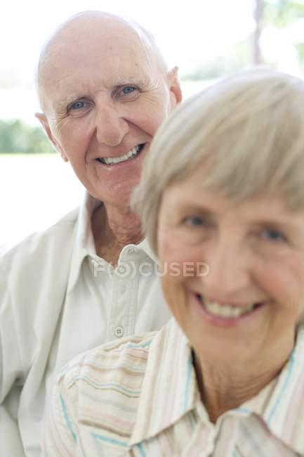 Porträt eines fröhlichen Seniorenpaares. — Stockfoto