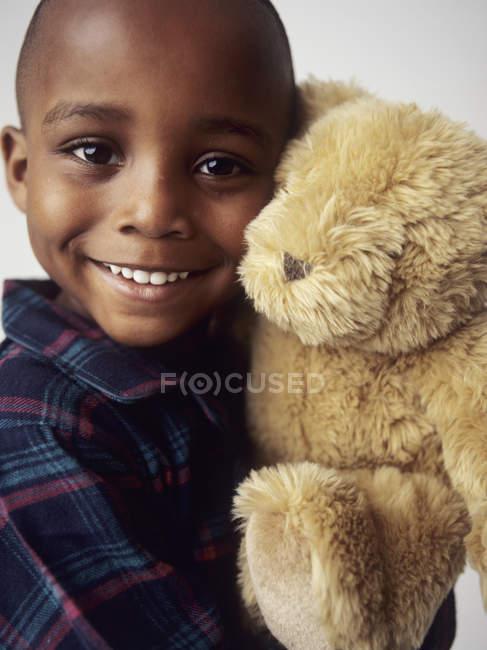 Vorschulkind Junge im Pyjama Teddy Bären umarmen — Stockfoto