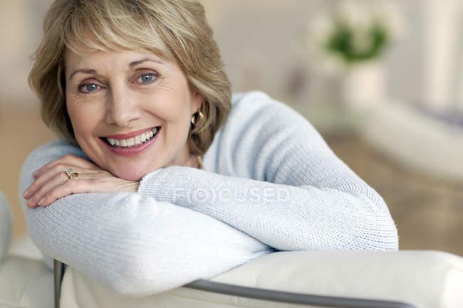 Приваблива жінка зрілого посміхається — стокове фото