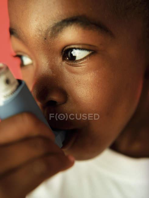 Menino asmático usando inalador, close-up . — Fotografia de Stock