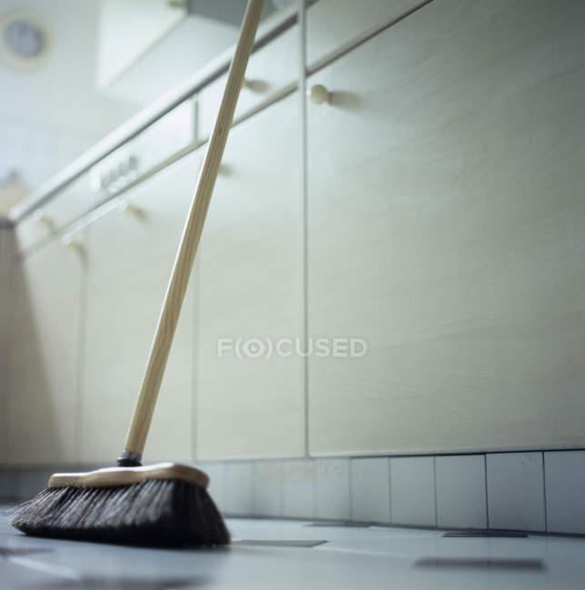 Метелка, опирающаяся на кухонный стол, вид под низким углом . — стоковое фото