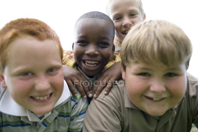 Портрет группы мальчиков младшего возраста на открытом воздухе . — стоковое фото