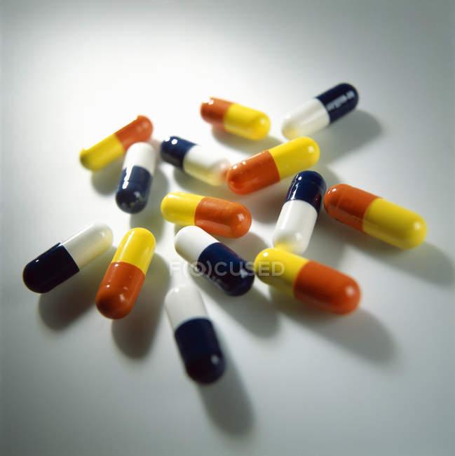 Surtido de cápsulas de drogas de colores brillantes . - foto de stock