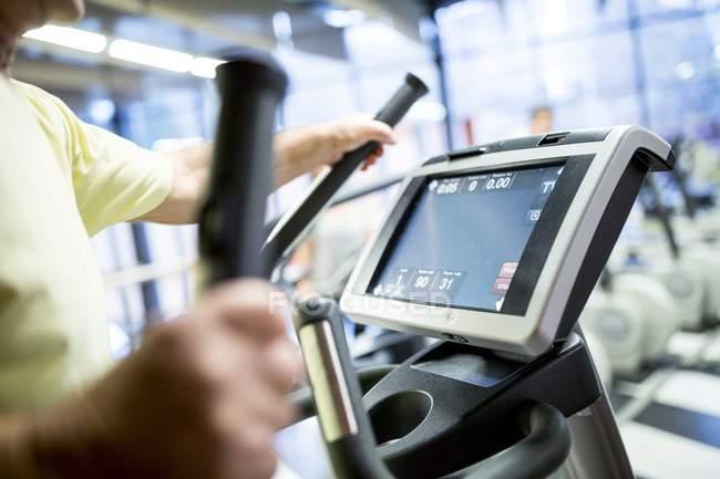 Nahaufnahme der ältere Mann im Laufband im Fitness-Studio trainieren — Stockfoto