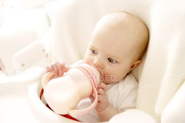 Petite fille en lait de consommation de la bouteille. — Photo de stock
