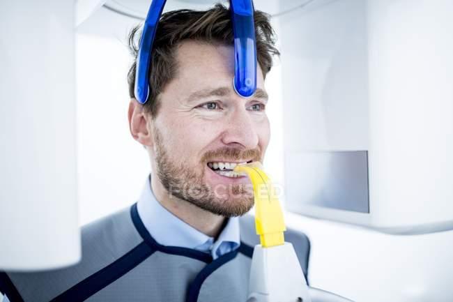 Uomo sottoposto a radiografia dentale in clinica — Foto stock
