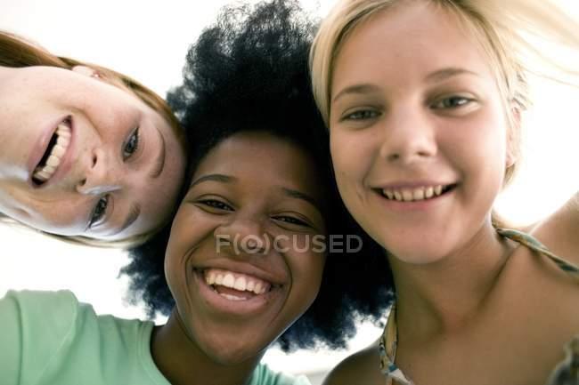 Ritratto degli adolescenti allegro guardando in macchina al chiuso. — Foto stock