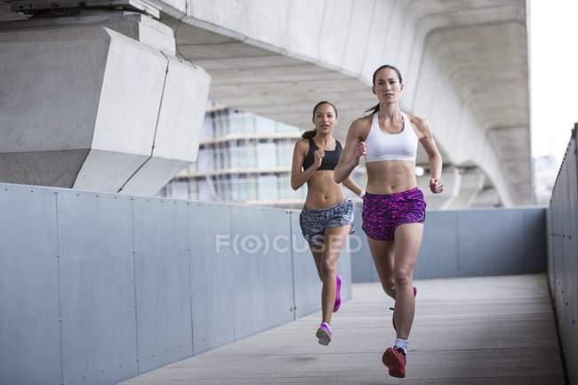 Молодые женщины бегают на открытом воздухе — стоковое фото