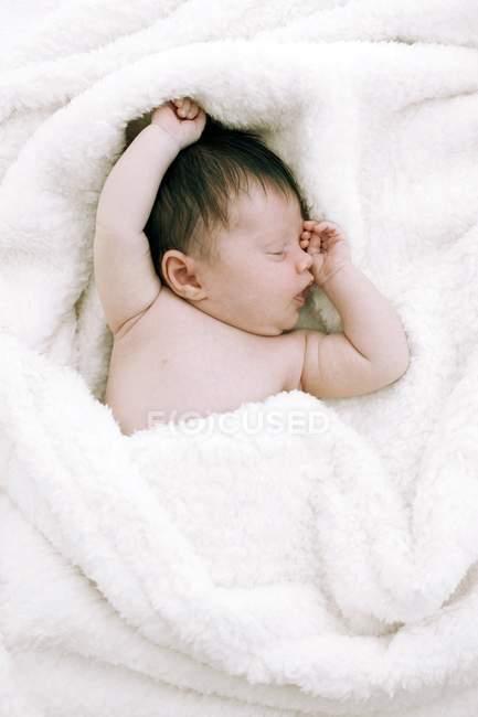 Neonato ragazza sdraiato su bianco coperta . — Foto stock