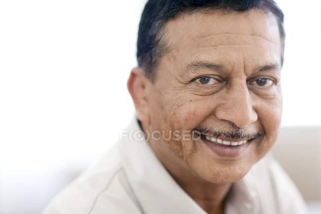 Портрет посміхаючись зрілою людиною. — стокове фото
