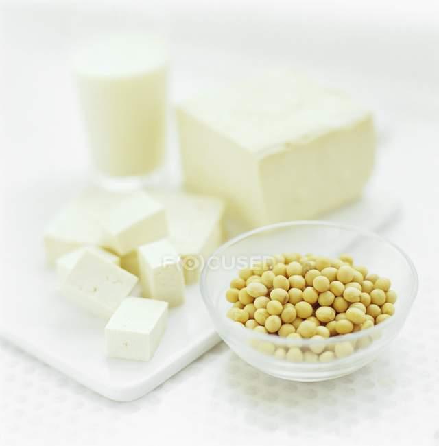 Соевые бобы на столе с тофу . — стоковое фото