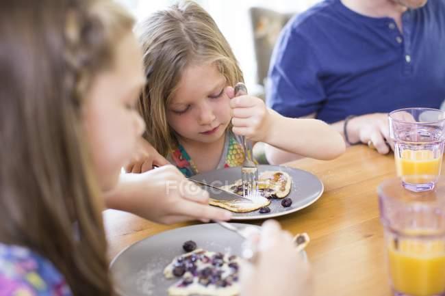 Дети едят Блинчики голубики обеденным столом — стоковое фото