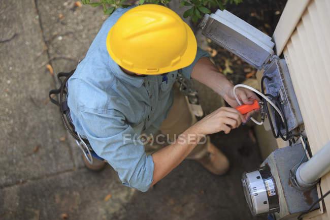 Monteur de lignes travaillant sur les câbles à la boîte de connexion. — Photo de stock