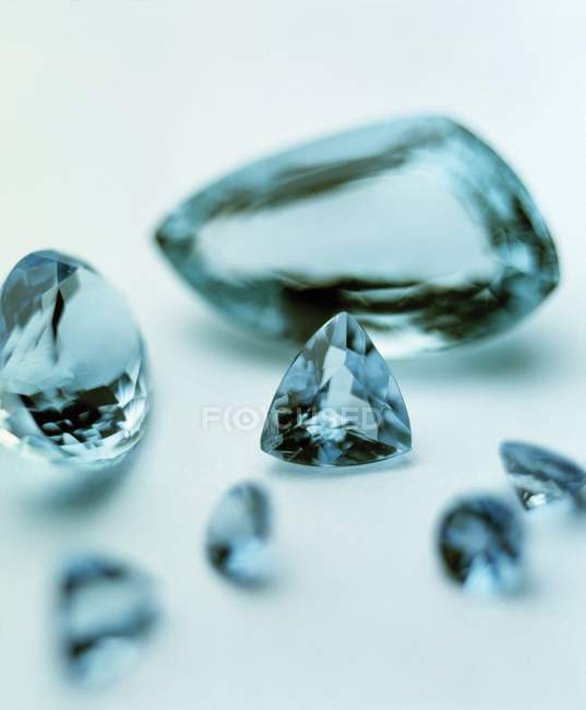 Close-up de gemas aquamarine azuis transparentes. — Fotografia de Stock