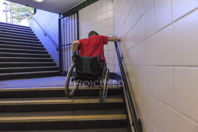 Sedie A Rotelle Per Scale : Giovane con la ferita del midollo spinale in sedia a rotelle