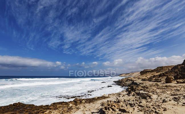 Живописный вид на Плайя-дель-Кастильо пляж, северной части острова Фуэртевентура, Канарские острова, Испания. — стоковое фото