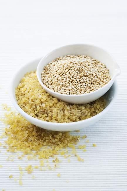 Semi di quinoa e bulgur in ciotole — Foto stock