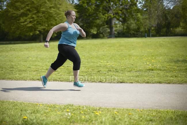 Mujer joven corriendo - foto de stock
