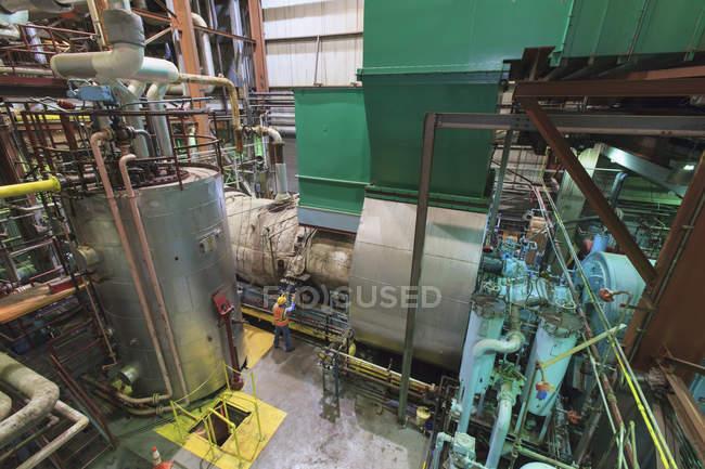 Ingegnere estenuante gas a turbina della centrale elettrica. — Foto stock