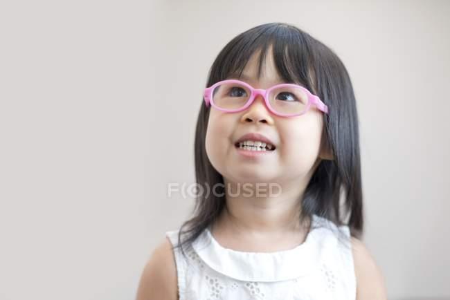 Asiatische Mädchen mit rosa Brille, Studio gedreht — Stockfoto