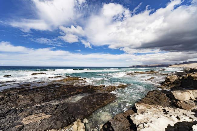 Живописный вид на скалы на побережье моря. — стоковое фото