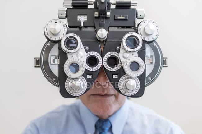 Человек, испытывающий зрение на специальном оборудовании . — стоковое фото