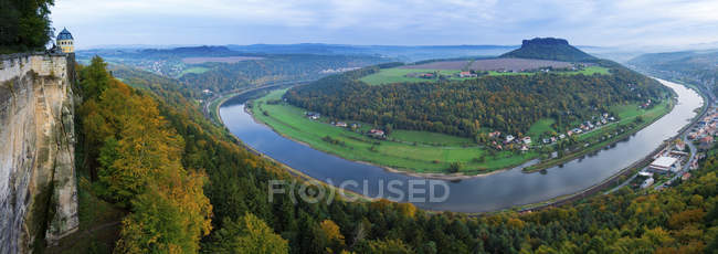 Vista panoramica della riva del fiume Elba, Svizzera sassone, Sassonia, Germania . — Foto stock