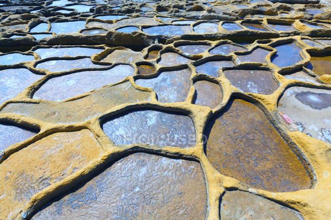 Étangs d'évaporation de sel, Qbajjar, Gozo, Malte — Photo de stock