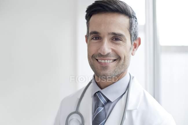 Чоловічий лікар, посміхається й дивиться в камеру, портрет. — стокове фото