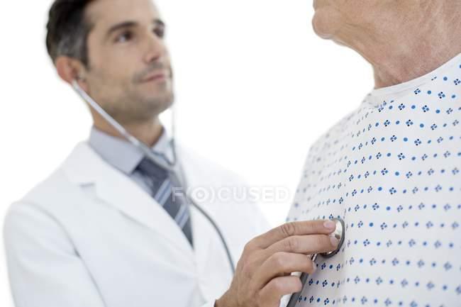 Masculino médico paciente do sexo masculino examinador sênior. — Fotografia de Stock
