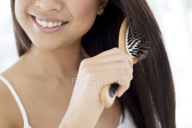 Frau putzt Haare — Stockfoto